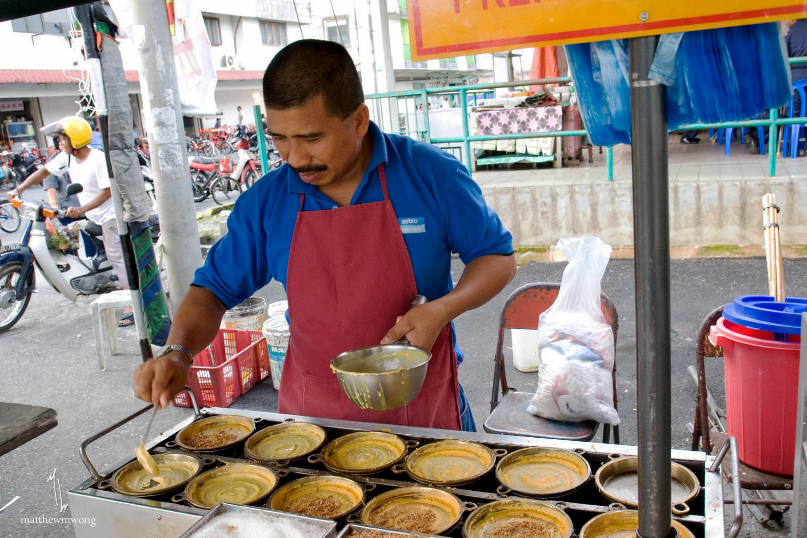 the street hawker Street hawker is a fun, addictive yet simple game too play basically, sell your items to approaching customers, and collect there cash after the sale.
